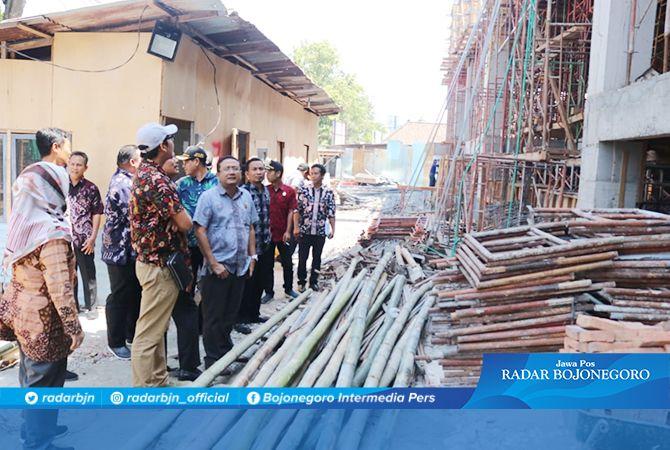 TURUN LANGSUNG: Komisi C DPRD Lamongan saat meninjau proyek pembangunan mall pelayanan publik Lamongan.