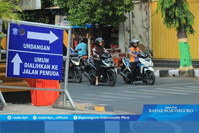 JALUR KHUSUS: Papan pengalihan arus lalu lintas di simpang empat Kalitempe yang dipasang sejak kemarin (1/11).