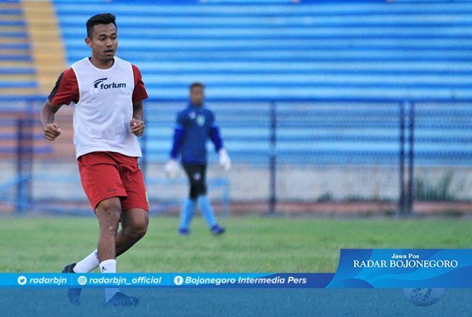 BANGKIT KEMBALI: Arif Satria membuktikan kembali sebagai pemain utama Persela, setelah sukses mencetak gol penentu dan cantik ke gawang Bali United Kamis malam (31/10).
