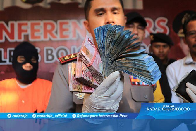 TERJERAT KORUPSI: Kapolres menunjukkan uang barang bukti dugaan korupsi ADD dan DD di Desa Sumberrejo, Trucuk, kemarin (4/11).