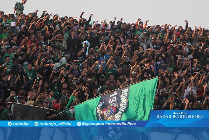 RONGGOMANIA : Suporter Ronggomania saat memadati tribun Stadion Bumi Wali Tuban. Mereka memberikan suport untuk klub kesayangannya.