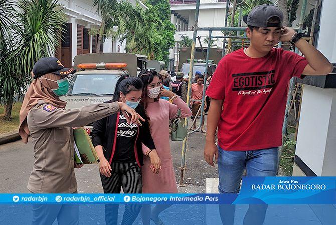 DIAMANKAN : Petugas mengamankan sejumlah pasangan mesum dalam razia rumah kos di wilayah Kecamatan Tuban dan Jenu, kemarin (19/11).
