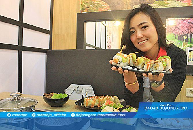 LEZAT : Salah satu konsumen menikmati masakan Jepang yang mulai populer di kalangan remaja Bumi Wali.