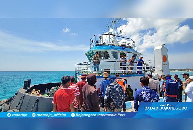 SELAMAT : Para nelayan Lamongan saat dievakuasi di Pelabuhan Masalembu.