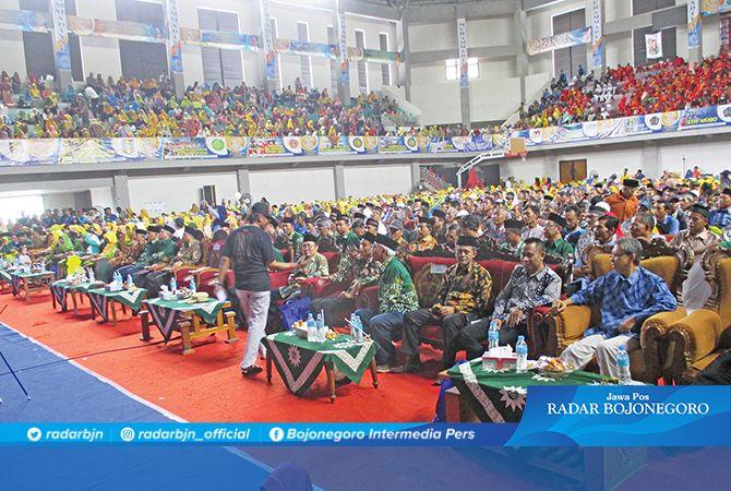 MERIAH: Tribun GOR Dabonsia dipenuhi oleh peserta Milad Muhammadiyah ke-107.