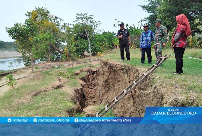 DEKATI TANGGUL NEGARA: Titik longsor yang muncul di Desa Sumberwudi, Kecamatan Karanggeneng kemarin  (26/11).