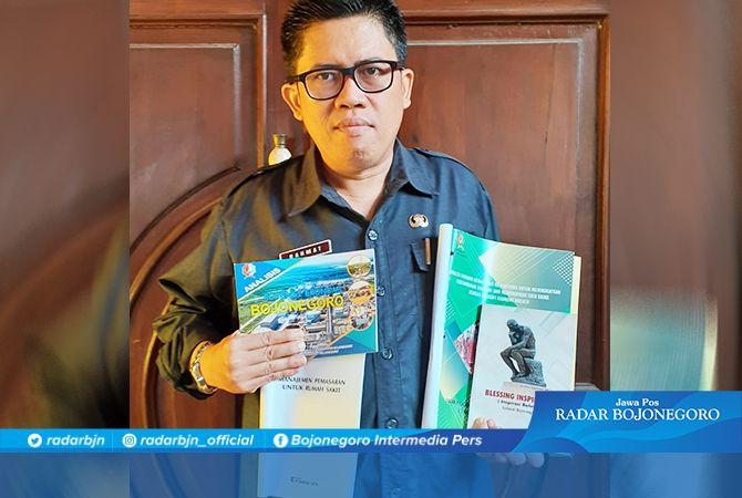 Rahmat Junaidi menjadi salah satu ASN Pemkab Bojonegoro yang rajin membaca buku dan gemar menulis.