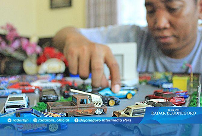 SEPERTI ASLINYA: Agoes memperlihatkan miniatur mobil sekaligus arena yang didesain serealistis mungkin.