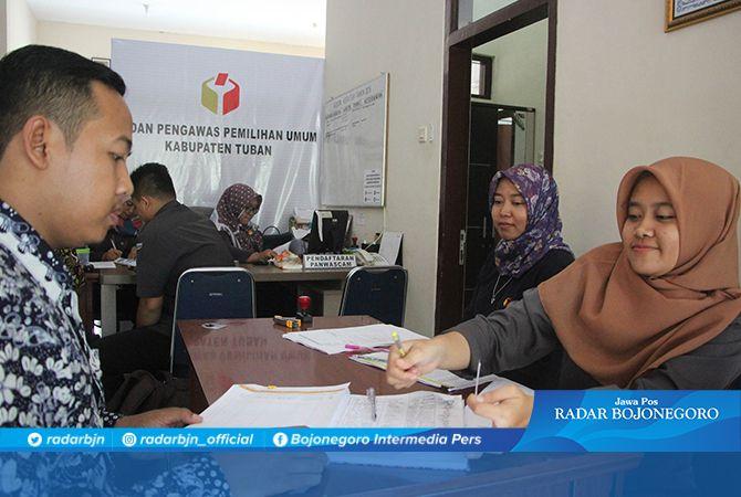 TINGGI PEMINAT: Ketua Kelompok Kerja Pembentukan Panwascam Bawaslu Tuban Marfu'ah (dua dari kanan) memantau proses pendaftaran kemarin (3/12).