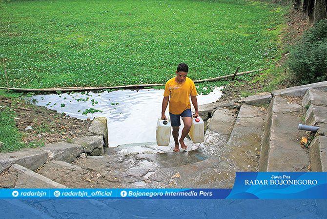 BELUM MAKSIMAL: Warga Desa Simbatan, Kecamatan Sarirejo mengambil air dari embung untuk mandi dan kebutuhan sehari – hari.