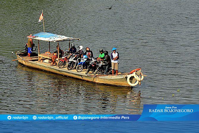 BELUM JERNIH : Bengawan Solo di Bojonegoro masih berwarna kehitaman. Kualitas airnya diatas baku mutu.