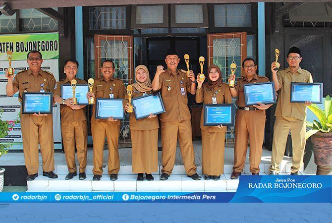 PRESTASI : Kepala Cabang Dinas Pendidikan Wilayah Bojonegoro Tuban Adi Prayitno dan 7 kepala sekolah berpoese bersama di kantor Cabdin.