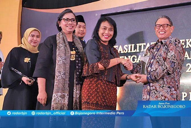 SELAMAT: Wakil Bupati Tuban Ir. Noor Nahar Hussein, M.Si. menerima penghargaan sebagai kabupaten dengan SRA Terbanyak Nasioal dari Menteri PPPA Gusti Ayu Bintang Darmawanti, SE., M.Si. kemarin (9/12).