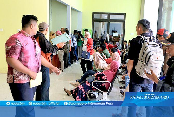 BLANGKO MENIPIS: Para pemohon antre mengurus e-KTP di kantor Mal Pelayanan Publik, kemarin (9/12).