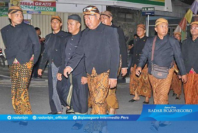 KELELAHAN KIRAB : Kepala BKD Blora, Anang Sri Danaryanto (empat dari kiri) saat ikut kirab pusaka Blora dengan jalan kaki.