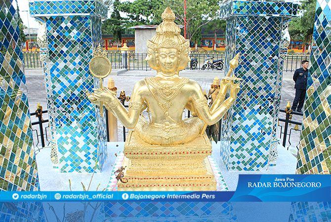 IKON BARU DI TUBAN: Patung empat muka di halaman belakang TITD Kwan Sing Bio Tuban.