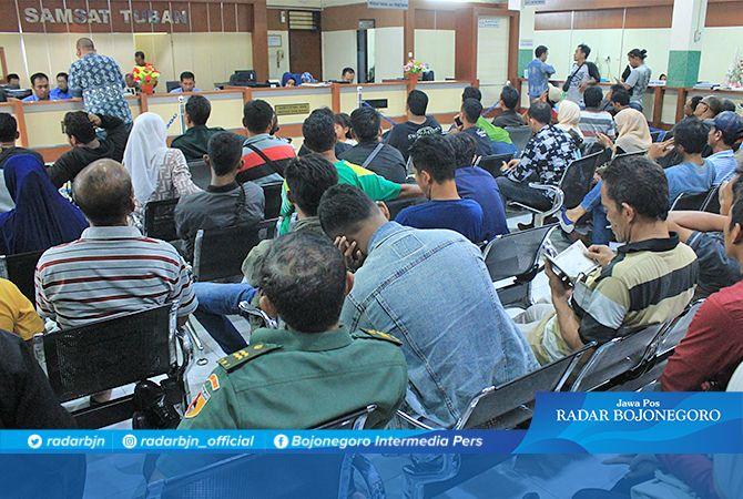 PENUH SESAK: Antrean para pembayar pajak kendaraan di kantor Samsat Tuban yang meningkat sejak sepekan terakhir.