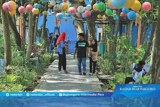 TAMAN DIPERBAIKI: Pengunjung Telaga Bandung menikmati pemandangan di sekelilingnya.