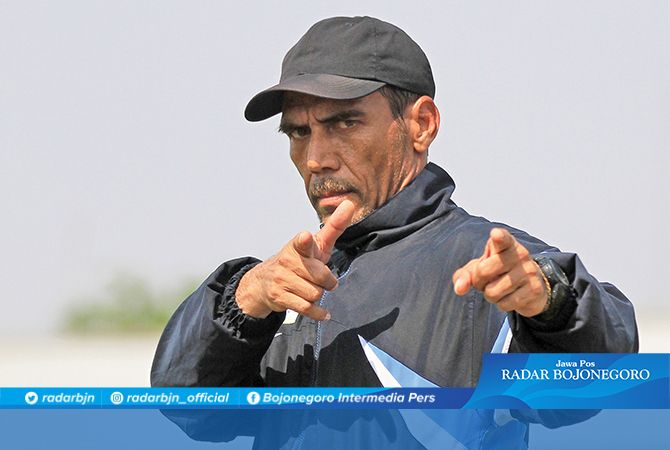 BERPELUANG BERTAHAN : Pelatih Kiper Persela musim lalu, Erick Ibrahim berpeluang bertahan di Persela, tinggal menunggu rekom pelatih kepala.