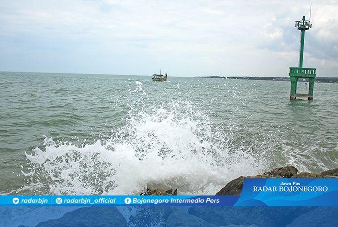 POTENSI GELOMBANG TINGGI: Nelayan di pantura Lamongan diimbau tidak melaut jauh karena bulan panumbra yang terjadi hari ini (11/1) memicu terjadinya pasang air laut maksimum.