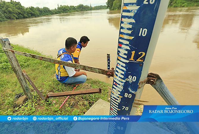 CEK TINGGI AIR; Petugas ketika mengecek debit Sungai Bengawan Solo di TBS atau utara Pasar Kota Bojonegoro, kemarin (10/1).