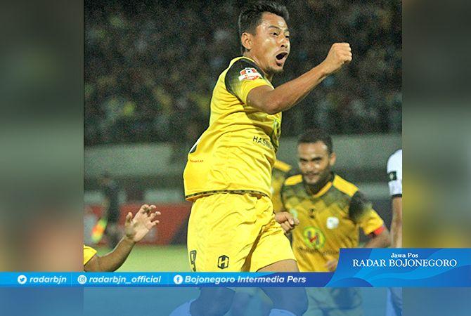 ERMINAT  KEMBALI :  Striker Barito  Putra, Samsul  Arif memberi  isyarat ingin  kembali  bergabung  dengan  Persela.  Manajemen  Persela fokus  memburu dua  striker lokal,  tidak termasuk  Samsul.