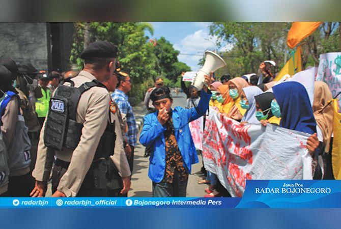 LEBIH BAIK UJI MATERI KE MK: Aktivis PMII di Lamongan yang memprotes kenaikan tarif BPJS kemarin (16/1).