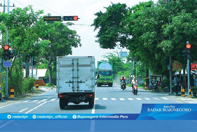 HARUS NGEREM: Kendaraan berhenti di Pertigaan Brenggolo. Pemasangan lampu merah baru minggu ini.