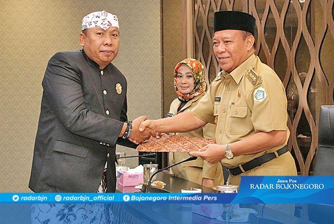 RESMI DEFINITIF: Bupati Lamongan Fadeli didampingi Wakil Bupati Kartika Hidayati menyerahkan surat keputusan penetapan direktur Perumda Pasar Lamongan kepada Suhartono.