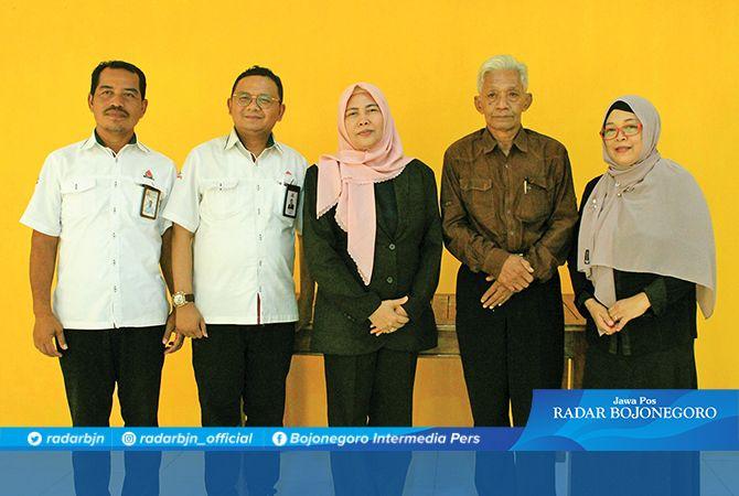 SANG INOVATOR: Mudjito bersama Manager of Land Reclamation Semen Indonesia Eko Purnomo dan Rektor Unirow Tuban Supiana Dian Nurtjahyani yang siap mengaplikasikan sistem tanam alur.