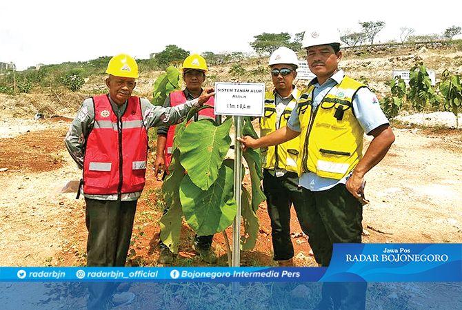 INOVATIF: Tim reklamasi Semen Indonesia bersama Mudjito (kiri) di lokasi reklamasi yang sudah ditanami pohon penghijauan.