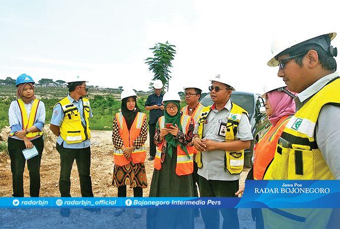 PERBAIKI ALAM: Tim reklamasi Semen Indonesia bersama tim Unirow Tuban melakukan survei lahan pasca tambang.