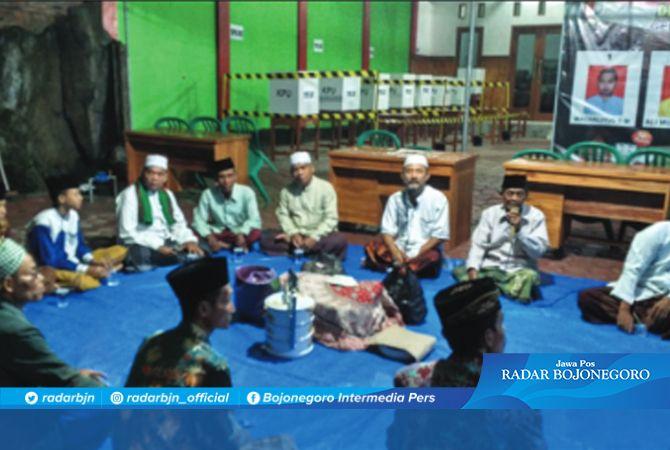 AGAR LANCAR: Warga salah satu desa menggelar doa bersama tadi malam (18/2). Doa  ini agar pilkades berjalan lancar.