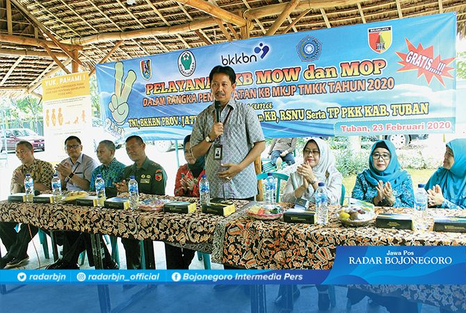 SUKSESKAN KB: Kepala Perwakilan BKKBN Provinsi Jawa Timur Drs Sukaryo Teguh Santoso M.Pd (berdiri) memberikan sambutan didampingi Kepala DPMDKB Nurjanah SH, MM; Kasdim 0811/Tuban Mayor Arh Teguh Prasetyo;,dll.