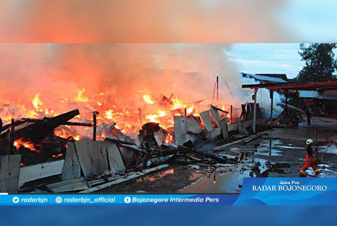 KEBAKARAN: Kobaran api terlihat mengepung gudang tembakau di Dusun Bungkal, Desa Sidobandung, tadi malam. Tembakau siap kirim terbakar.