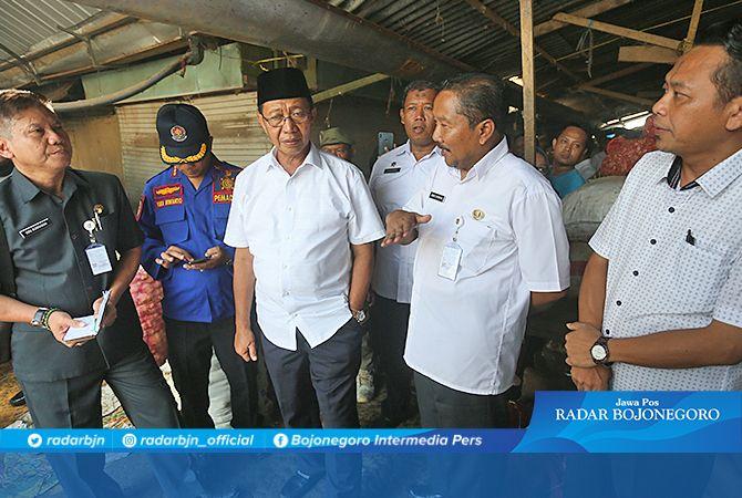 SISAKAN PUING-PUING: Bupati Tuban Fathul Huda meninjau kondisi Pasar Baru Tuban pasca kebakaran kemarin.