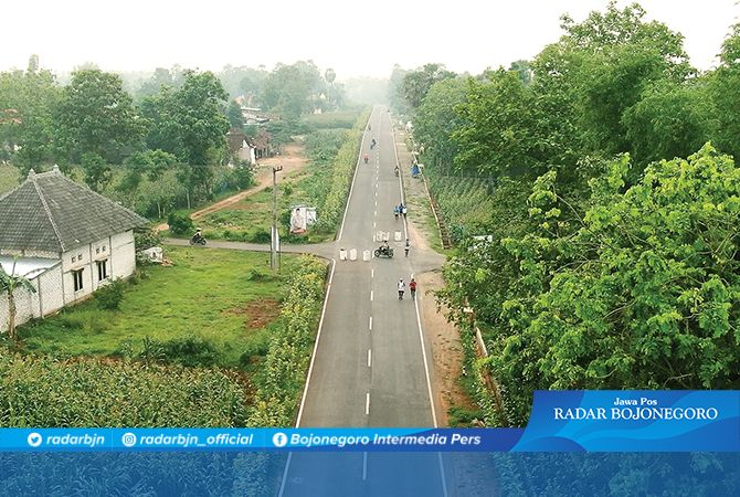 SOLUSI KEMACETAN: Jalan lingkar selatan yang masih minim penerangan dan rambu jalan saat dipotret dari drone kemarin (6/3).