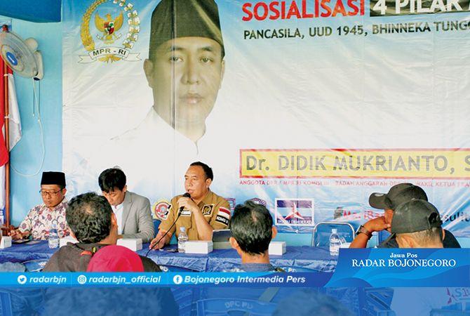 PENCERAHAN KEPADA KONSTITUEN: Dr Didik Mukrianto, SH, MH, anggota DPR-MPR RI sosialisasi Empat Pilar MPR RI di Bojonegoro kemarin (19/3).