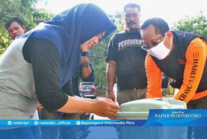 BEGINI YANG BENAR....: Setiajit mensimulasikan cara mencuci tangan pakai sabun yang benar kepada pemilik warung di area Pantai Boom dan rest area.