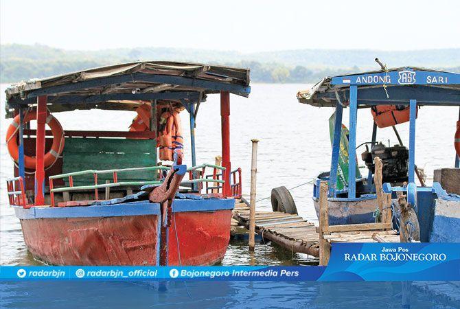 EFEK CORONA: Perahu wisata di Waduk Gondang, Kecamatan Sugio. Tempat wisata masih ditutup karena adanya pandemi Covid-19.