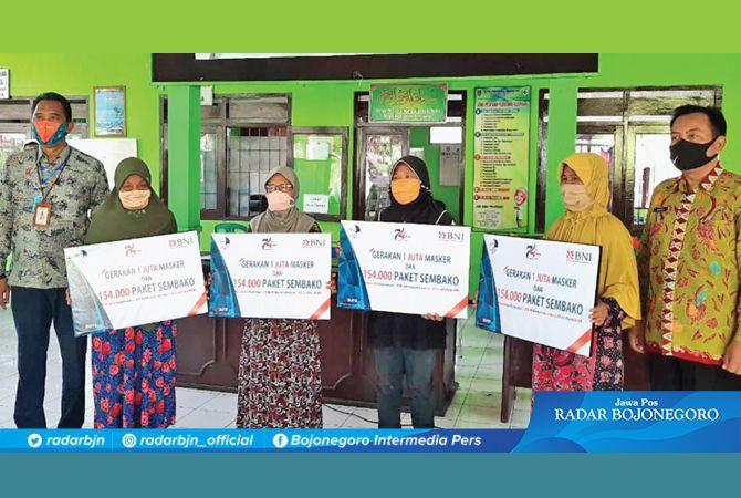 BERBAGI: Warga sekitar kantor BNI Cabang Tuban di Kelurahan Kebonsari, Kecamatan Tuban yang juga menerima manfaat.