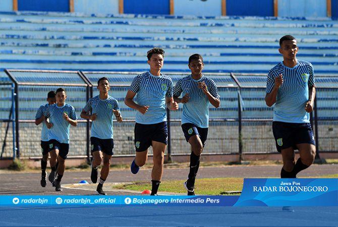 LATIHAN PERDANA : Para pemain Persela melakukan latihan perdana di Stadion Surajaya. Lebih banyak pada latihan fisik.