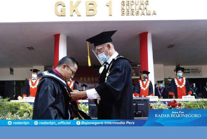 Rektor UMM, Dr. Fauzan, M.Pd. (kanan) saat mengukuhkan Prof. Dr. Ihyaul Ulum, S.E., M.Si., Ak., CA. sebagai guru besar bidang Akuntansi