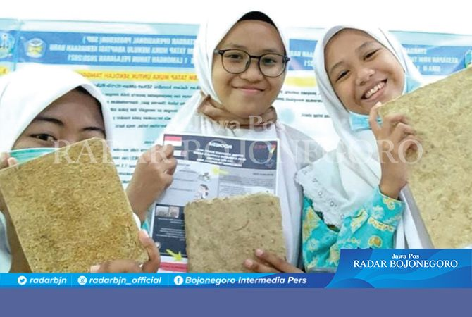 SENANG: Shevita Nurhalisa, Bilgis Laily Pratama, dan Sabrina Naswa Anastasya, menunjukkan papan komposit produksi mereka yang berhasil meraih prestasi di World Invention Competition (WICE) 2020 di Kuala Lumpur, Malaysia.