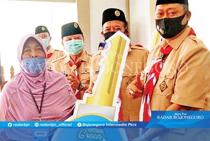 SUMRINGAH: Anggota Komisi E DPRD Jatim, H. Kodrat Sunyoto (kanan) secara simbolis menyerahkan kunci kepada Ibu Riman, warga penerima manfaat pemugaran RTLH dalam kegiatan EJGSI 2020 Zona X di Kabupate