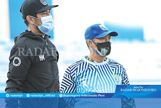 TUNGGU KEPASTIAN : Head Coach Persela, Nil Maizar dan asisten pelatih Didik Ludianto saat memimpin latihan skuad Persela. Para pemain sementara diliburkan dari latihan, menunggu kepastian digelarnya Liga 1.