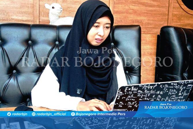 UPLOAD MALAM HARI: Hanifah Nila Wardani, ibu rumah tangga yang menjadi blogger profesional.