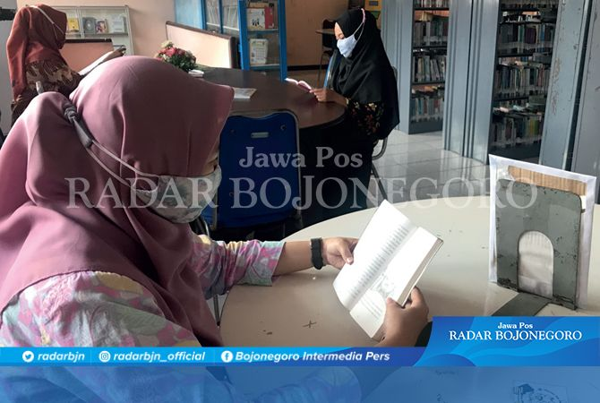 LITERASI: Sejumlah pengunjung membaca buku di perpusda. Komisi A DPRD mendorong perpus lebih modern.