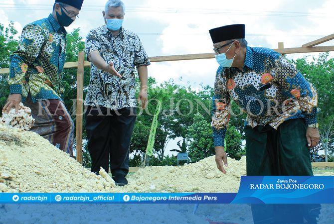 AMAL JARIYAH: Ketua Yayasan Bahrul Huda H.M. Rowi ikut dalam peletakan batu pertama pembangunan masjid.