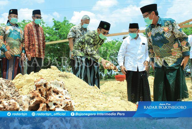 TABUNGAN AKHIRAT: Peletakan batu pertama Masjid KH Hasyim Asy'ari oleh pembina Yayasan Bahrul Huda KH Fathul Huda bersama kiai dan tokoh agama.